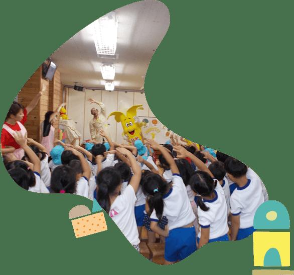 ライジお体操をする園児たちと先生たち